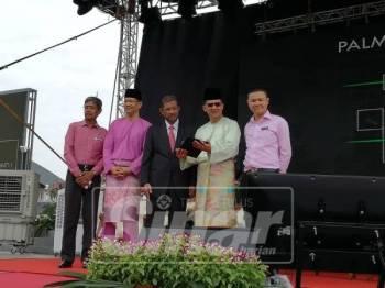 Amran (dua, kanan) ketika menghadiri Majlis Perasmian Fiesta MBJB, di Dataran Bandaraya Johor Bahru, di sini, hari ini.