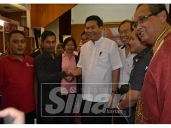 Khairuladha (dua, kanan) dan Mansor (kanan) mengiringi Kok Kiew beramah mesra dengan wakil MPKK Melaka Tengah ketika program itu.