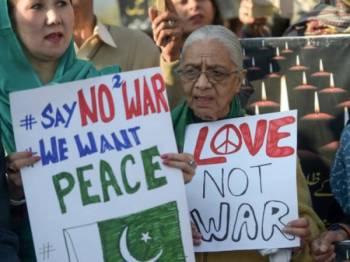 Aktivis kumpulan sosial mengadakan perhimpunan aman di Islamabad pada Khamis.