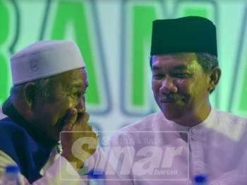 Mohamad dan Tuan Ibrahim sepentas di Ceramah Perdana UMNO dan Pas di Padang Awam Bandar Seri Putra malam tadi. Foto Sinar Harian: SHARIFUDIN ABDUL RAHIM