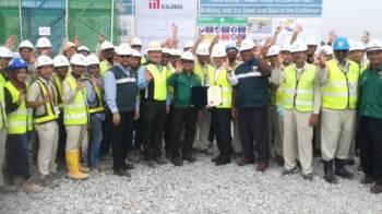 Ir Omar (tengah) menyerahkan sijil penghargaan JKKP Malaysia kepada wakil syarikat Kajima Bhd di atas kejayaan memastikan tiada insiden kemalangan tempat kerja berlaku sepanjang melaksanakan projek pembinaan di Kamunting, Taiping.