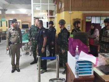 Pegawai berkumpul di sebuah hospital tempatan di Narathiwat, di mana mangsa dihantar selepas ditembak.