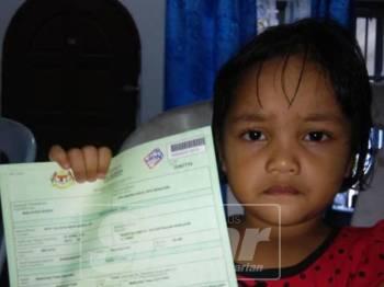 Nur Falisha menunjukkan sijil kelahirannya.