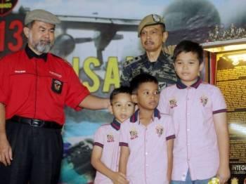 Tiga anak Zulkifli menerima sumbangan yang disampaikan Abdul Razak Mohd Yusof (belakang).