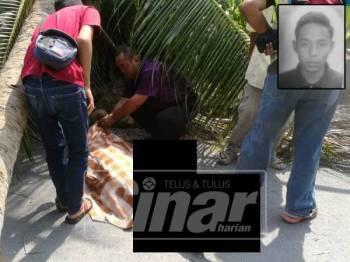 Abdul Rani (duduk dua kanan) tidak dapat menahan kesedihan melihat mayat anaknya terbaring kaku di tepi pokok kelapa tumbang. - Gambar kecil: Mohamad Ridzuan