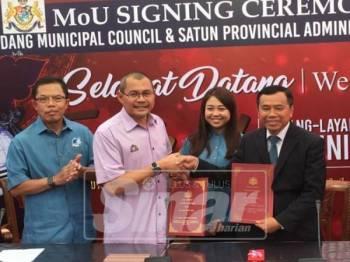A Rahim (kiri), Zainor (dua,kiri), Cai Tung (tiga,kiri) dan Amat ketika menandatangani MoU antara MPPG dan Satun.
