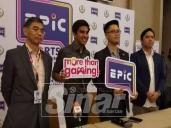 Syed Saddiq (dua, kiri) hadir ke persidangan EPIC 2019 dengan memberikan ucaptama pada majlis itu.