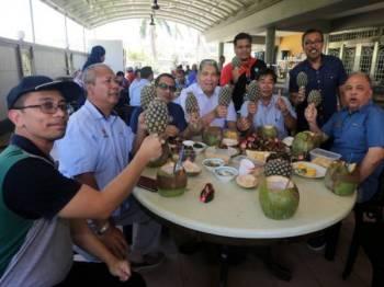 Ketua Setiausaha Kementerian Pertanian dan Industri Asas Tani Malaysia Datuk Mohd Sallehhudin Hasan (tiga, kanan) menunjukkan varieti Keningau Daimon yang akan didaftarkan sebagai nanas kebangsaan terbaru. - Foto Bernama