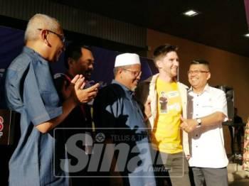 Ariffin (tengah) bersama Ikon Pelancongan Terengganu, Mat Dan pada Majlis Perasmian MATTA Fair Terengganu 2019.