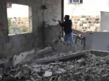 Al-Abbasi terpaksa merobohkan sendiri rumahnya bagi mengelak caj pemusnahan dan denda pihak berkuasa Israel.