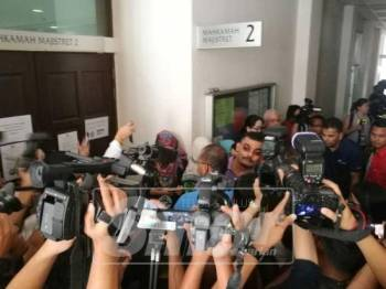 Antara petugas media yang membuat liputan di Mahkamah Majistret Petaling Jaya.