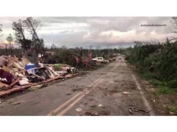 Puting beliung yang melanda Lee County di Alabama, semalam mengorbankan sekurang-kurangnya 23 nyawa.