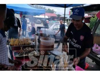 Mohd Nasir sibuk menyiapkan tempahan pelanggan.