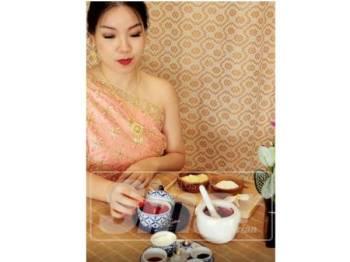 Hasilkan kosmetik Thai anda sendiri daripada bahan-bahan semula jadi.  Belajar daripada Watinee, pemilik studio Peony K dan orang yang berpengaruh dalam masyarakat berkongsi lebih lanjut mengenai bahan-bahan semula jadi Thai dan cara menyesuaikan solekan dan penjagaan kulit anda sendiri.