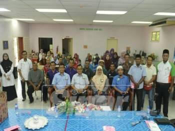 Mohd Khuzzan (duduk, dua kiri) ketika merasmikan mesyuarat PIBG SK Padang Sari, Batu Pahat.