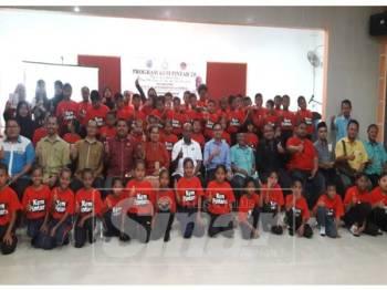 Ramakrishnan (duduk, tengah) bersama peserta ketika merasmikan program Kem Pintar 2.0, semalam.