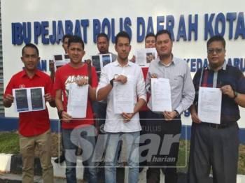 Muzzammil (tengah depan) bersama tiga lagi pihak yang membuat laporan polis di IPD Kota Setar terhadap dua individu yang menghina Rasullulah SAW dan umat Islam di negara ini.