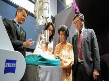 Semasa gimik pelancaran disempurnakan oleh Dr Siti Hasmah.