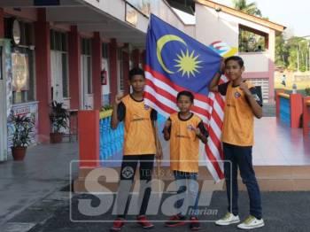 Adik (tengah) bersama Mohd Arif(kiri) dan abangnya, Iskandar Zulkarnain bakal memikul hasrat negara meraih sekurang-kurangnya satu pingat emas dalam Kejohanan Muay Thai Sedunia di Pattaya, Thailand bermula 7-18 Mac ini.