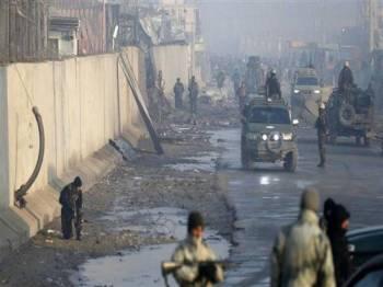 Pasukan keselamatan Afghanistan melakukan rondaan di tapak serangan.