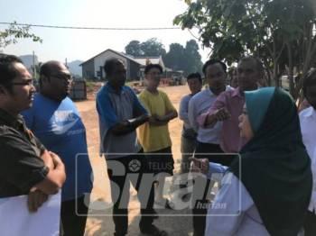 Penduduk membantah projek yang mengancam keselamatan dan kesihatan mereka.
