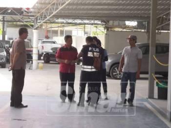 Wan Khairuddin (dua, kiri) meninjau lokasi kejadian empat buah pacuan empat roda dilarikan penyamun di sebuah syarikat kenderaan di Wakaf Che Yeh pagi tadi.
