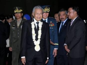 Perdana Menteri Malaysia, Tun Dr Mahathir Mohamad diiringi oleh Ketua Umum Leftenan Jeneral Rozzano D. Briguez ketika tiba di Bulwagang Kalayaan, Villamor Air Base malam ini. Foto: Bernama