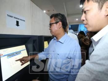 Mohd Sofi (dua,kanan) memantau sistem CTS yang mula dilaksanakan di Melaka Sentral 1 Mac lalu.