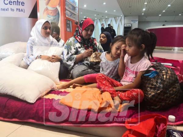 Nazimah bersama anak-anaknya terpaksa bermalam di kaki lima Komtar selepas rumah mereka dikunci.