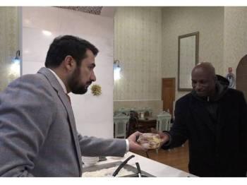 MANNAN (kiri) memberi makanan secara percuma kepada gelandangan di kota Washington D.C sejak beberapa tahun lalu.