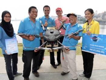 Kumpulan System Consultancy Services Sdn Bhd menjadi juara pertandingan parcel dron anjuran Pos Malaysia dengan kerjasama Suruhanjaya Komunikasi dan Multimedia (SKMM) yang pertama kali dianjurkan melibatkan penyertaan 40 pasukan yang bermula semalam. - Foto Bernama