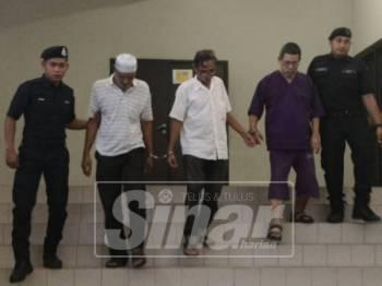 (Dua dari kiri) Rahmat, Hashim dan Ismail diiring polis di mahkamah.