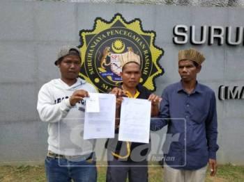 Pam (kanan) bersama dua penduduk kampung selepas selesai membuat laporan di SPRM hari ini.