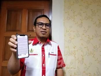 Zainol Fadzi menunjukkan dakwaan tular mengenai wujud perbincangan mengenai peralihan pentadbiran antara beliau dengan BN.