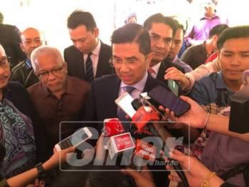 Azmin (tengah) ketika sidang media di UMK di sini.