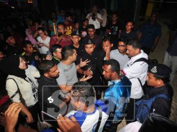 Ketua Armada Pulau Pinang, Muhd Shameer Sulaiman diminta penduduk untuk menyatakan pendiriannya mengenai isu PPR Taman Manggis selepas Abu Bakar berjaya meloloskan diri.