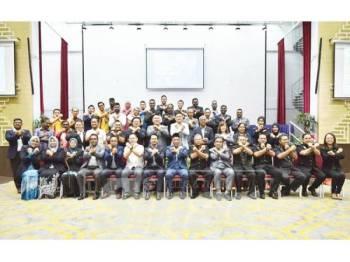 Mohamad Yasid (duduk, tengah), Adi Faizal (duduk, tujuh kiri), Alias (duduk, tujuh kanan) bersama Abdul Ghani (duduk, enam kanan) dan Ahli Majlis MPK serta PeBT yang hadir.