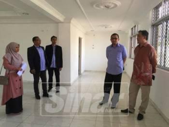 Mohd Zamerey (dua, kanan) dan Saidi (kanan) meninjau rumah banglo diwakafkan seorang individu yang akan dijadikan pusat hemodialisis.