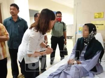 Nie Ching melawat salah seorang mangsa di HSI.