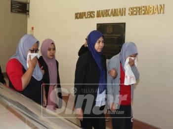 SPRM Negeri Sembilan mengemukakan permohonan reman terhadap kedua-dua suspek di Mahkamah Majistret Seremban, hari ini.