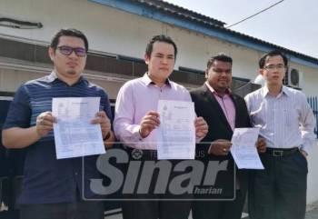 Muhammad Arafat (dua, kanan) serta Azrul Hakim membuat laporan polis.