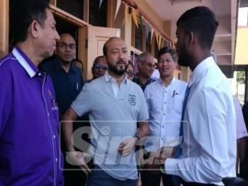 Mukhriz (tengah) beramah mesra dengan sebahagian bekas murid SK Iskandar.