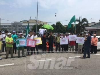 Lebih 100 orang menyertai perhimpunan aman bagi mendesak tindakan diambil terhadap Menteri Kewangan, Lim Guan Eng selepas solat Jumaat di pekarangan Masjid Al-Azim, Bukit Palah, hari ini.