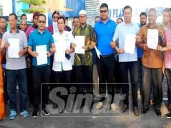 Syed Mohd Johan Rizal (enam, kiri) bersama wakil Pemuda Pas, MIC, MCA dan KKMK menunjukkan laporan polis yang dibuat di IPD Kota Setar.