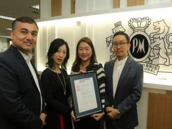 Dari kiri ke kanan: Chinmay Sharma, Pengarah Sumber dan Budaya, Amba Chan, Pengarah Kewangan, Veronica Choo, Ketua Komunikasi Korporat dan Kang Tae Koo, Pengarah Urusan, Philip Morris (Malaysia) Sdn Bhd mempamerkan sijil Equal-Salary bagi Philip Morris (Malaysia) Sdn Bhd yang diterima daripada sebuah badan bebas beribu pejabat di Switzerland, Yayasan Equal-Salary.