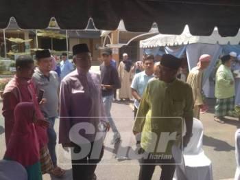 Wan Rosdy (Kanan) dan bekas Perdana Menteri, Datuk Seri Najib Tun Razak selepas menunaikan solat Jumaat di Masjid Sultan Abu Bakar,Sungai Koyan, hari ini.