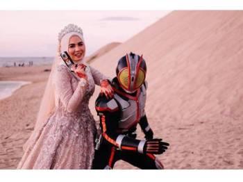 Alif Hakim memakai kostum Kamen Rider Faiz.