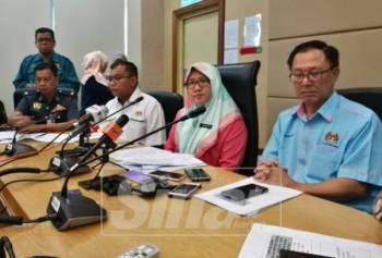 Isnaraissah Munirah (tengah) pada sidang media selepas taklimat kes pencemaean Sungai Kim Kim, hari ini.