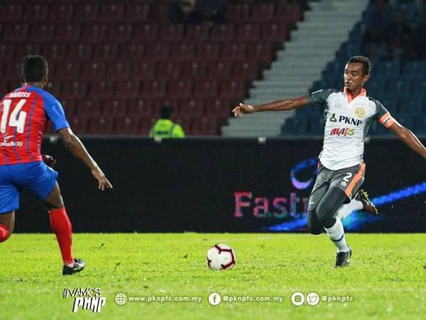Kapten PKNP, Ahmad Sukri dilayangkan kad merah pada minit ke-74. Foto: Ihsan FB PKNP FC