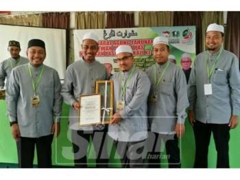 Ahmad Fadhli (kiri) semasa Mesyuarat Agung Tahunan Dewan Pemuda Pas Kawasan Pasir Mas Kali Ke-41, yang berlangsung di Madrasah Tahfiz Darul Ulum, Meranti.